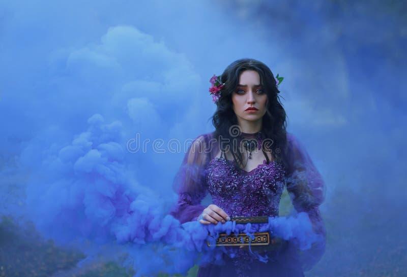 Schatulle Padora Trauriges Mädchen hält das schlechte Geschenk der Götter - einen Kasten, der mit Übel gefüllt wird Eine Frau sch stockfotografie