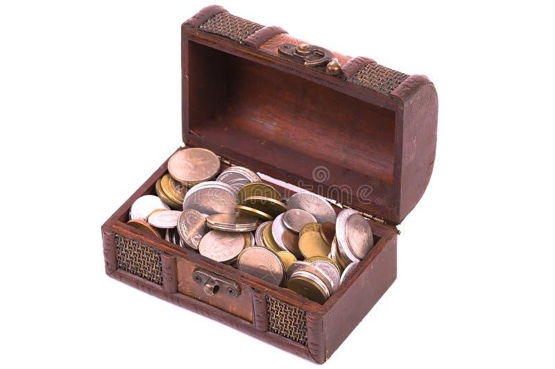 Schatz-Kasten mit verschiedenen Arten der Münzen stockfotografie