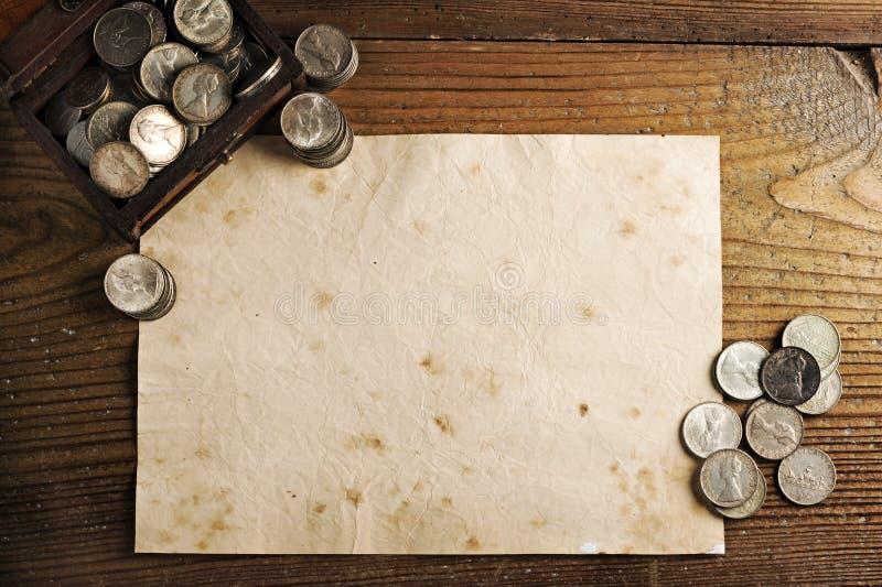 Schatzkasten und alte Münzen stockfoto