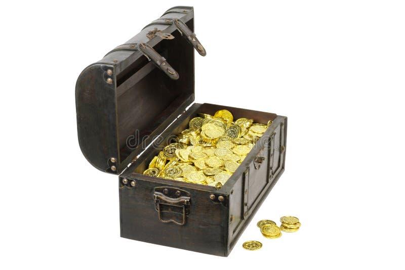 Schatztruhe gefüllt mit Goldmünzen lizenzfreies stockfoto