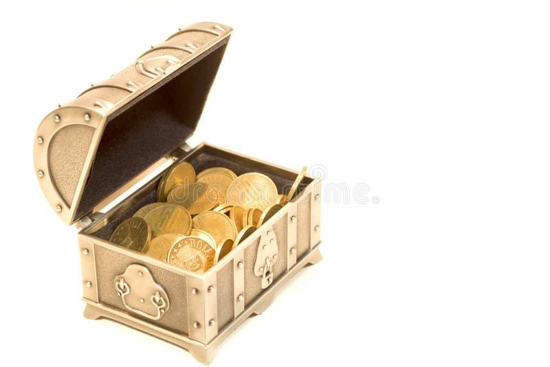 Schatztruhe- und Goldmünzen lokalisiert lizenzfreie stockfotografie