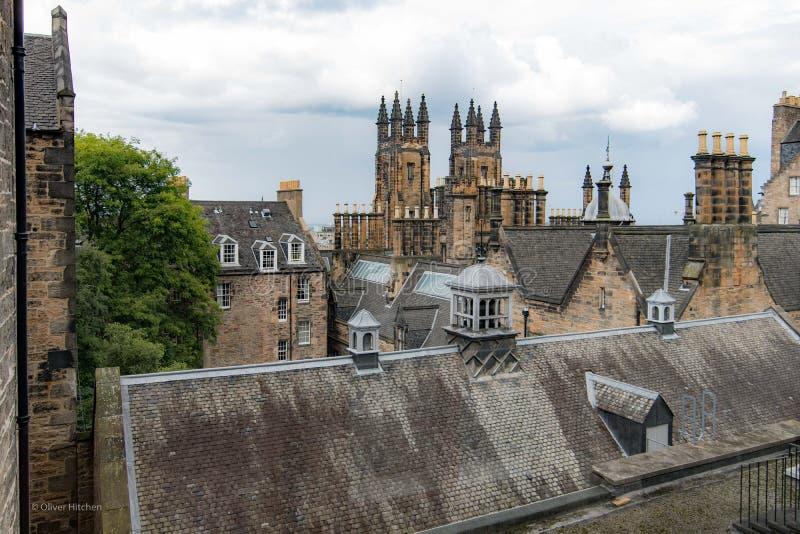Schauen über den Dachspitzen von Edinburgh mit den Twin Towern von stockbild