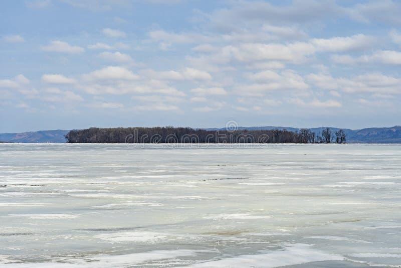 Schauen über einem gefrorenen Fluss im Winter lizenzfreies stockfoto