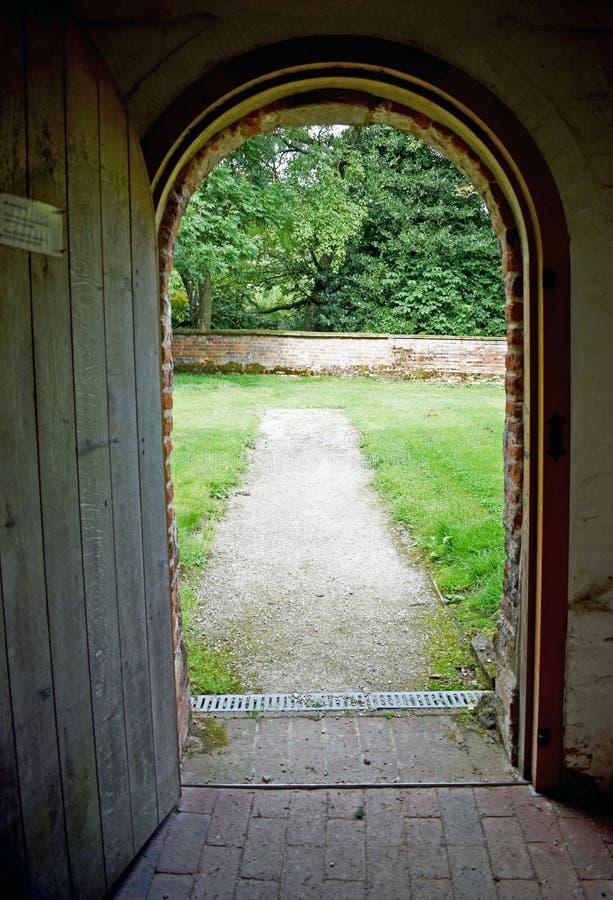 Schauen aus einer Kirchentür heraus stockfotografie