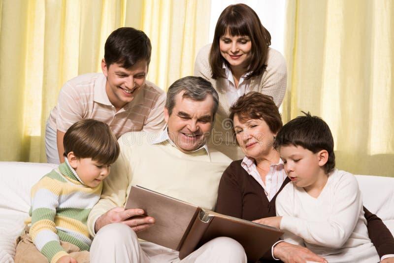 Schauen durch Familienalbum stockfotografie