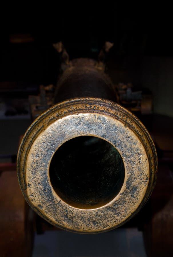Schauen hinunter das Fass der Marinekanone stockfotos