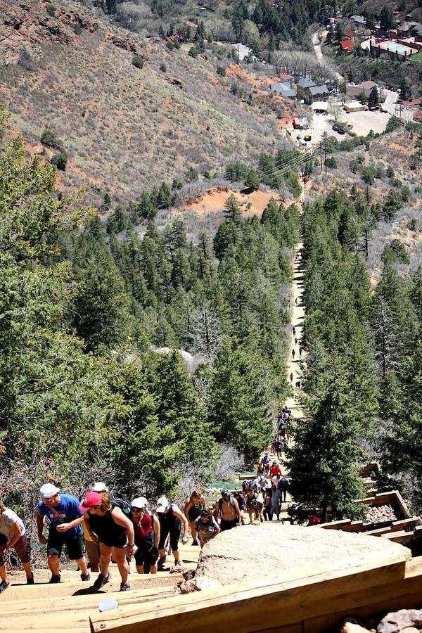 Schauen hinunter den Neigungswanderweg Manitou-Fr?hlinge, Colorado lizenzfreie stockfotos