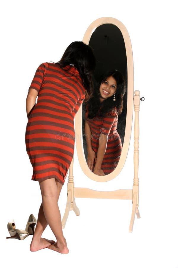 Schauen im Spiegel stockfotografie