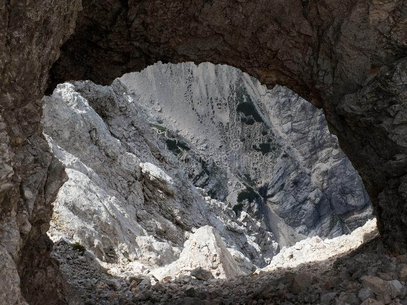Schauen Sie durch felsiges Fenster vom Gipfel von Rjavina-Berg in Julian Alps stockfoto