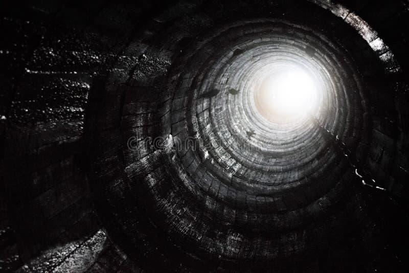 Schauen Sie oben von einem Bergbauloch stockfoto