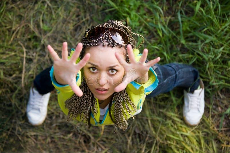 Schauen Sie unten auf Mädchen lizenzfreies stockfoto