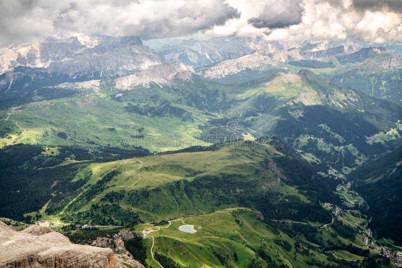 Schauen Sie unten zum Tal von der Spitze von Piz Boe in den Dolomit stockbilder