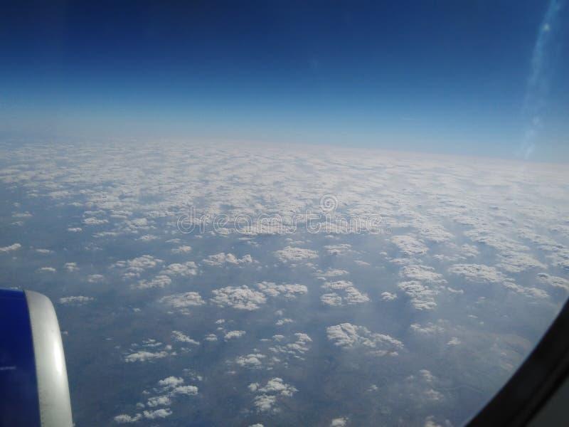 Schauen Sie vom Flug über Wolke lizenzfreies stockbild