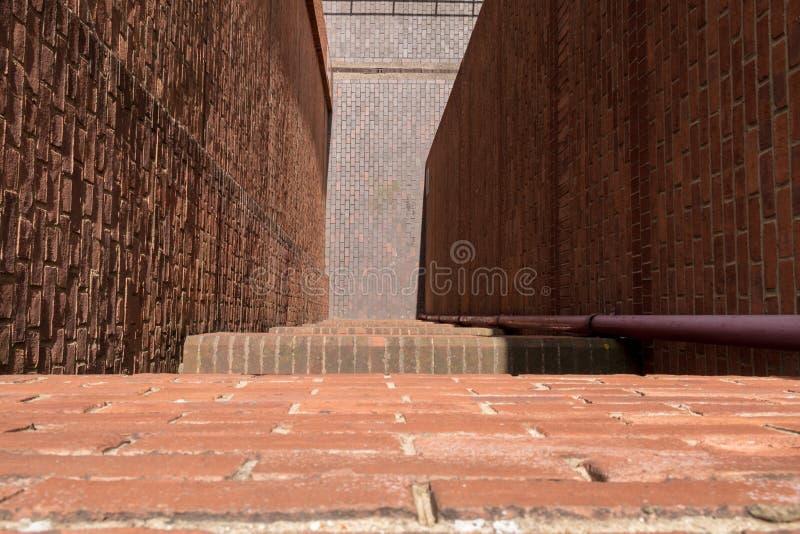 Schauen unten von der Leiste eines hohen Gebäudes zur Straße unten stockbilder