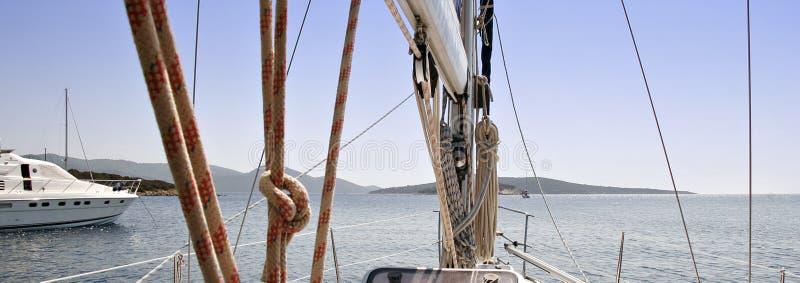 Schauen voran an Bord eines Segelboots stockfotos