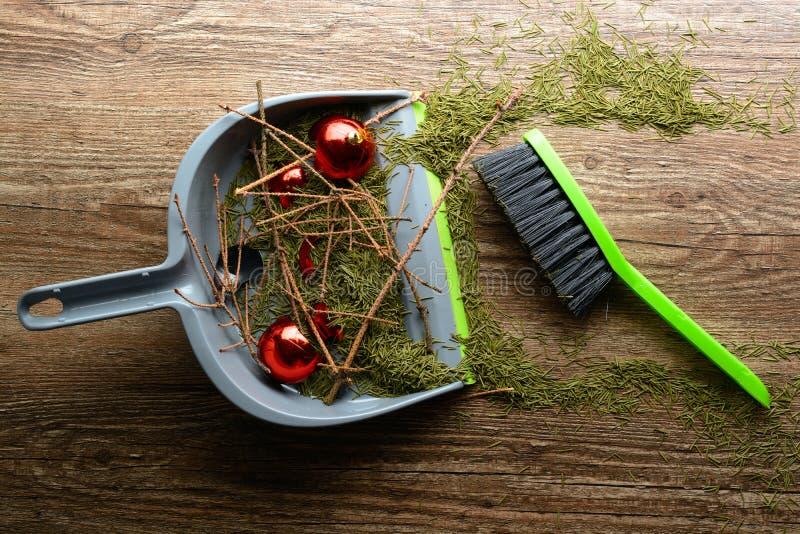 Schaufel mit einer Bürste, trockenen Zweigen und einem defekten Ball lizenzfreie stockfotos