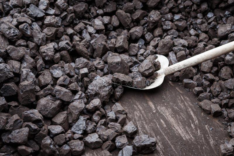 Schaufel und Kohle stockfoto