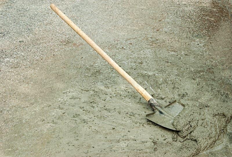 Schaufel und nasser Zement lizenzfreie stockfotografie