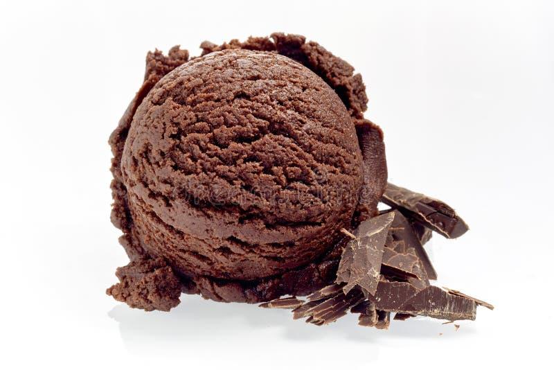 Schaufel von Rich Chocolate Ice Cream mit Schnitzeln stockbilder