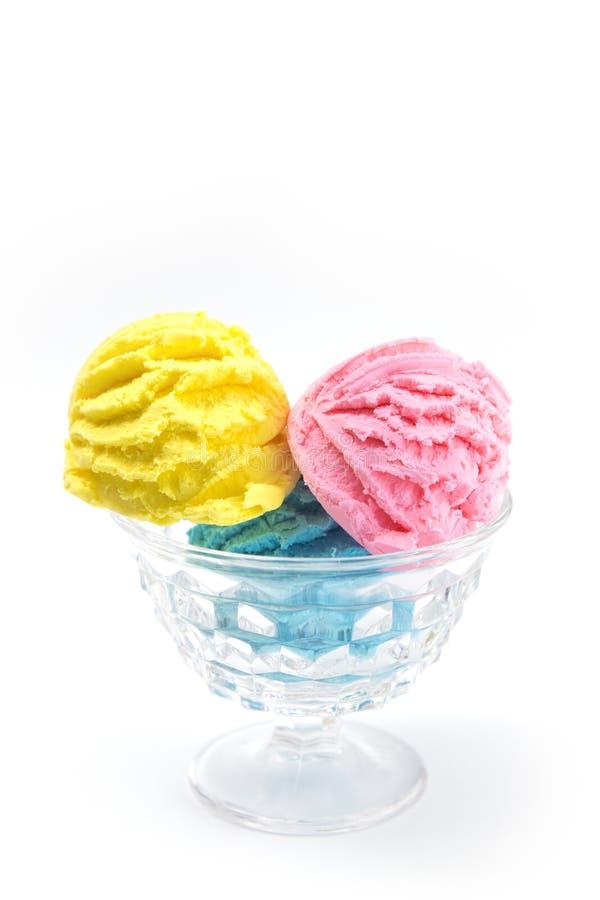 Schaufeln der gelben rosa und blauen Eiscreme stockbilder