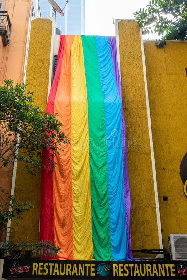Schaufenster mit der LGBTQ-Pride-Flagge in Mexiko-Stadt, Mexiko stockfotos