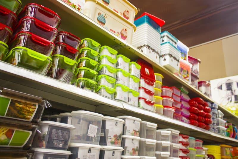Schaufenster mit mehrfarbigen Nahrungsmittelbehältern stockbilder