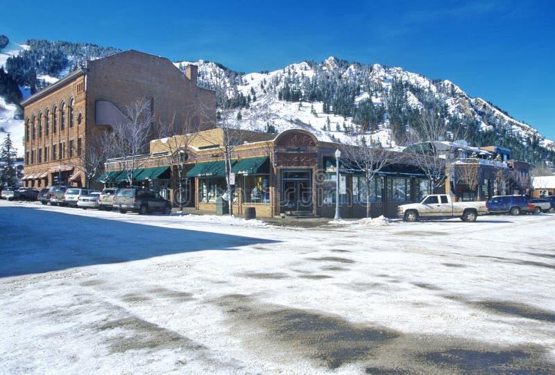 Schaufenster und Ski neigen sich in die Stadt von Aspen, Colorado lizenzfreies stockfoto