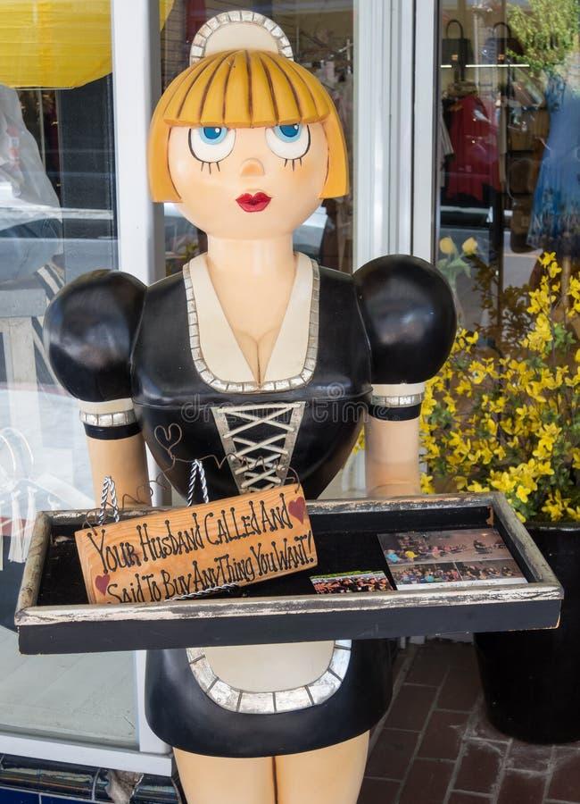 Schaufensterfigürchen, Frau lädt Sie ein zu kaufen lizenzfreie stockfotografie