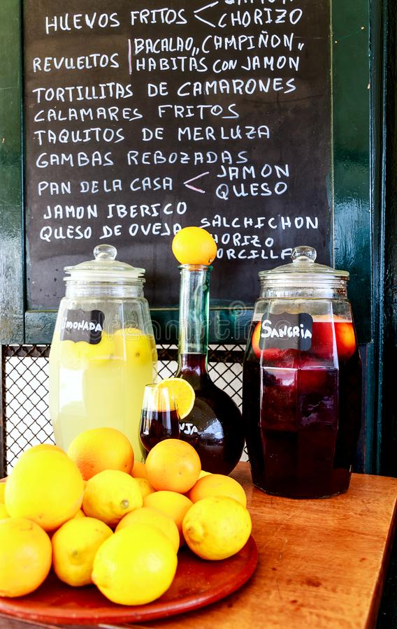 Schaukasten-Angebot eines Bodega in Sevilla, Andalusien, Spanien stockbild