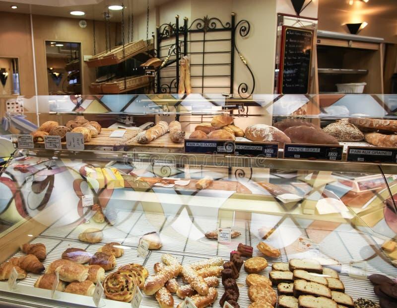 Schaukasten an der französischen Bäckerei in Paris stockbilder