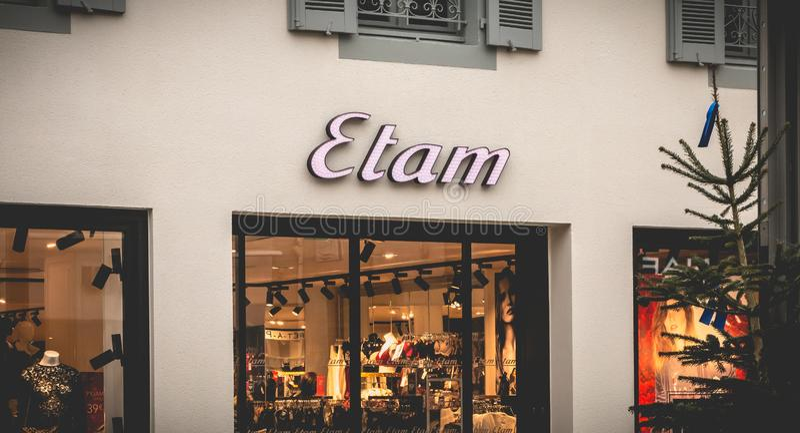 Schaukasten eines Bekleidungsgeschäftes der Frauen s in La Roche sur Yon, Frankreich stockbild