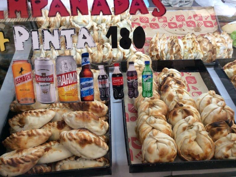 Schaukasten mit Gebäck und anderen Produkten auf einer der Straßen von Mercedes im Norden von Argentinien stockfotografie