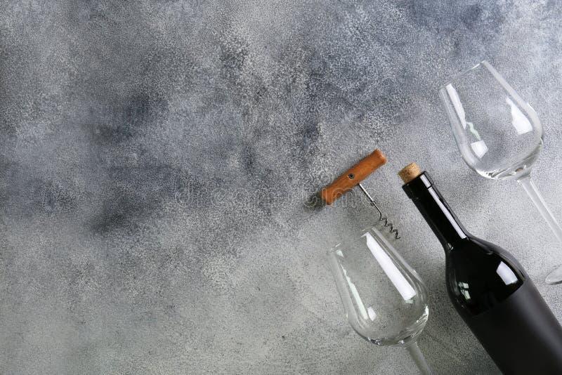 Schaukasten von Weinleseweinflaschen mit leeren Aufkleberaufklebern lizenzfreie stockfotos