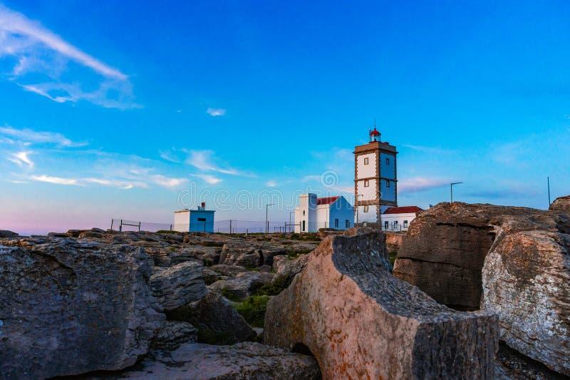 Schaukeln Sie Ansichthintergrund mit dem Leuchtturm des Kaps Carvoeiro, Peniche, Portugal stockfotos