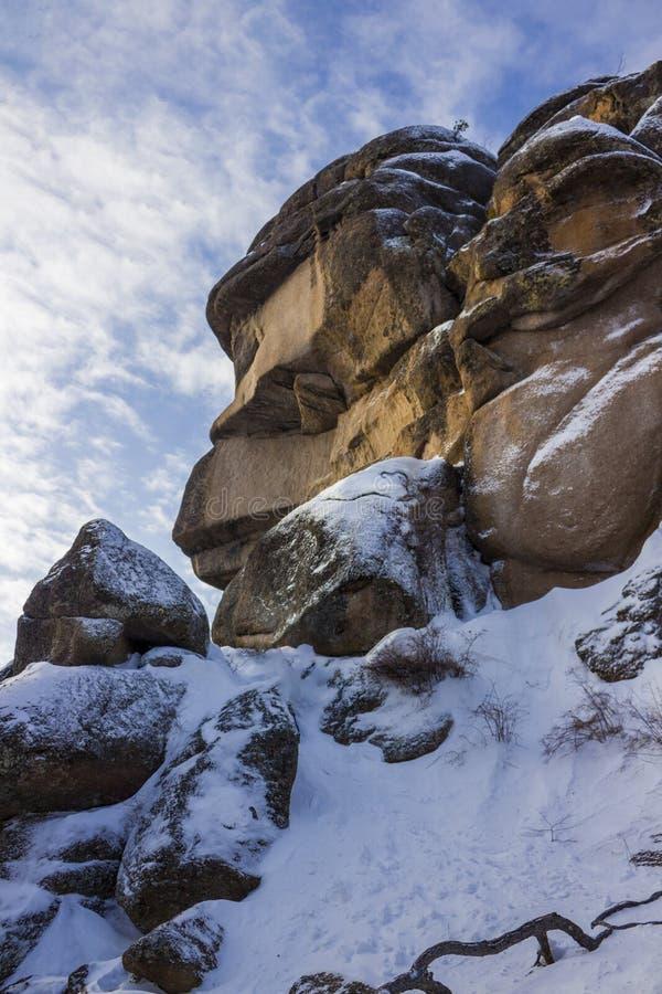 Schaukeln Sie Stolby ein Großvater im Winter stockfotografie