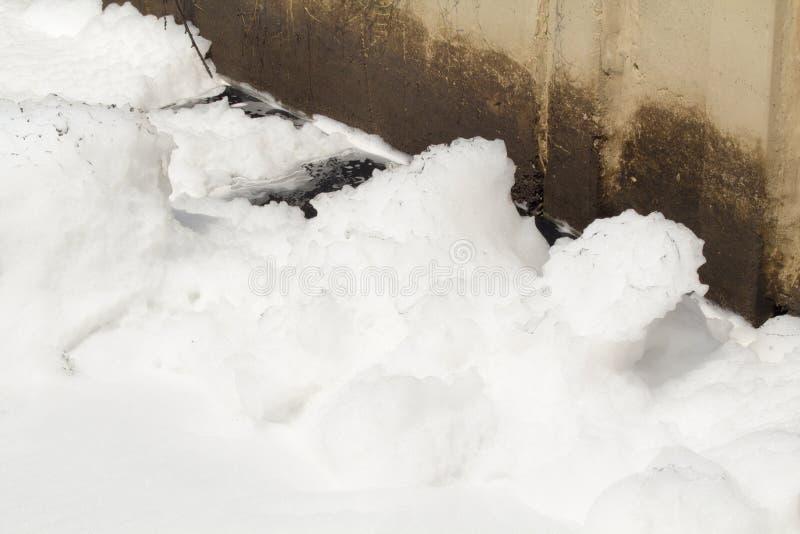 Schaum der Wasserverschmutzung im Kanal stockfotos