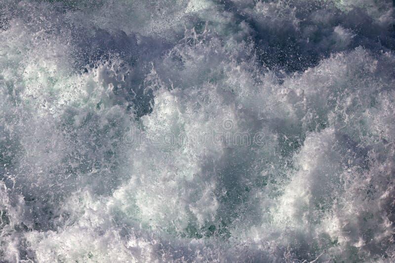 Schaumgummi einer abbrechenden Welle lizenzfreies stockbild
