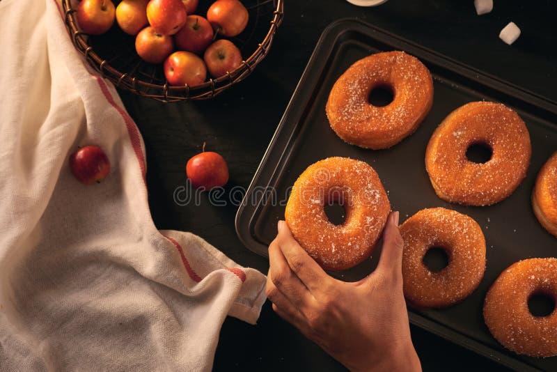 Schaumgummiringe, frische Äpfel und trockener Herbstlaub, Draufsicht stockfotos