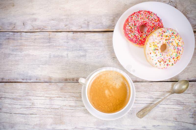 Schaumgummiringe und Kaffee stockfoto