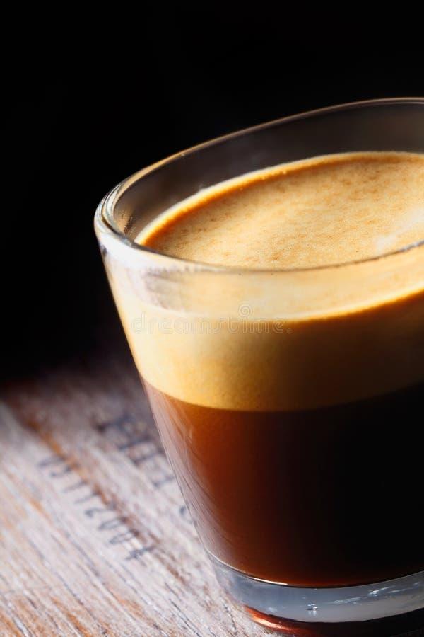 Schaumiger aromatischer Becher frischer Kaffee stockbild