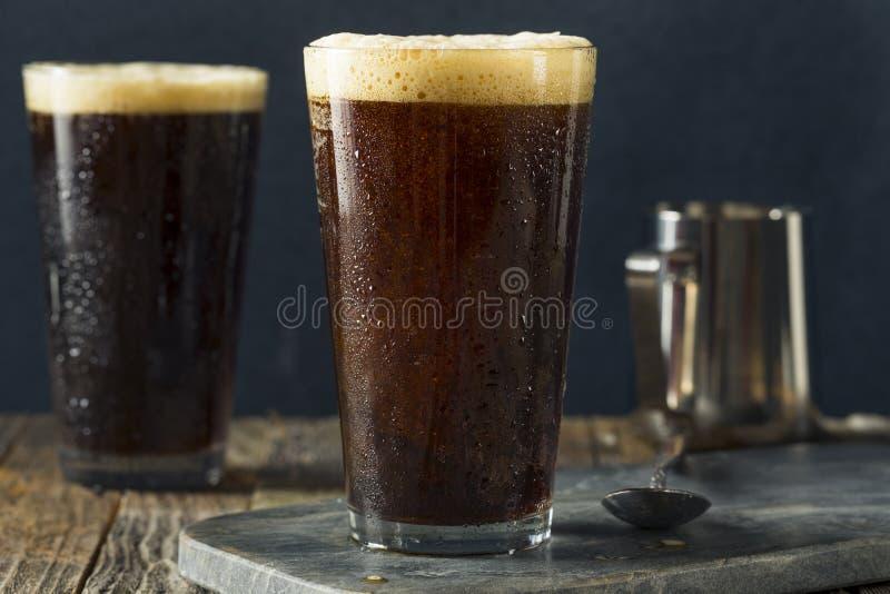 Schaumiger kalter Gebräu-Nitrokaffee stockfotos