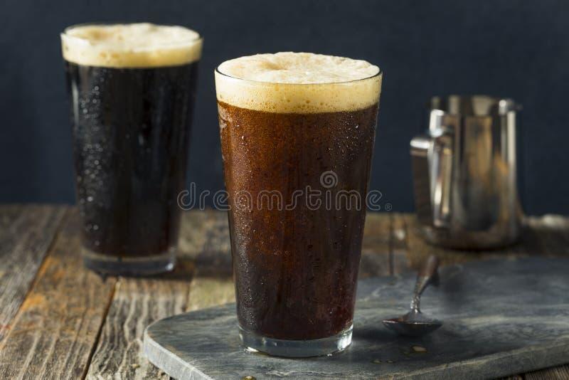 Schaumiger kalter Gebräu-Nitrokaffee lizenzfreie stockbilder