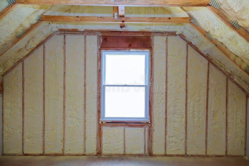 Schaumstoff-Isolierung eines neuen Hauses auf einem neuen Dach lizenzfreie stockfotos