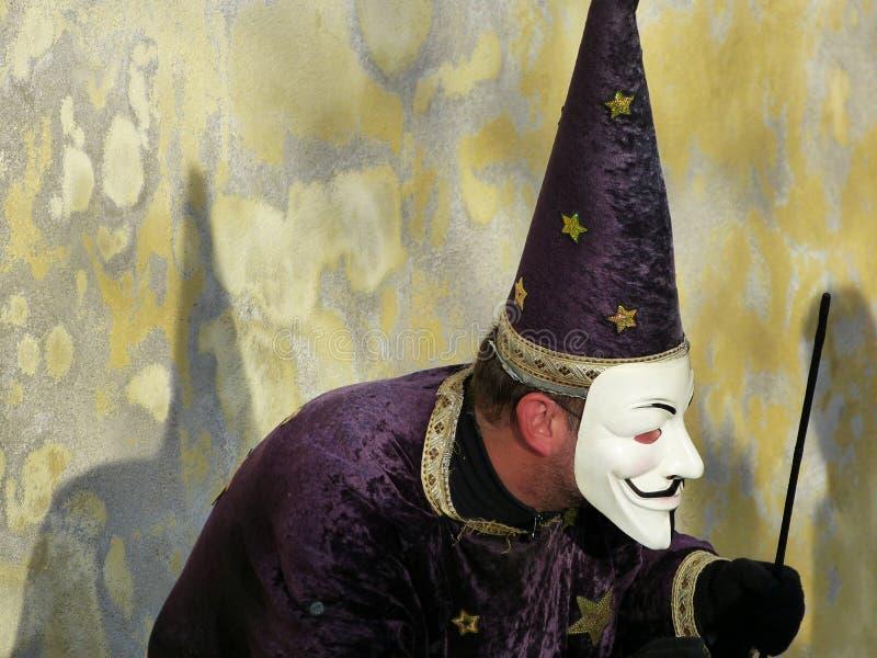 Schauspieler, der Guy Fawkes-Maske während einer Show, Prag, Tschechische Republik trägt lizenzfreies stockbild