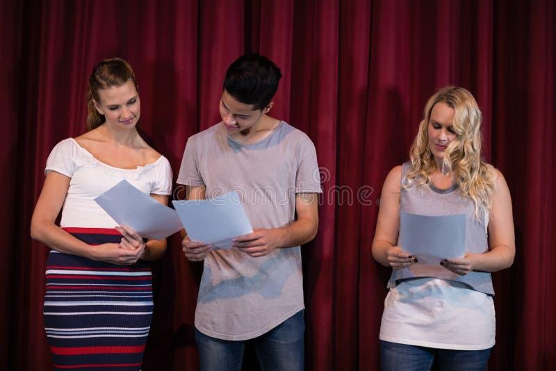 Schauspieler, die ihre Skripte auf Stadium lesen lizenzfreies stockbild
