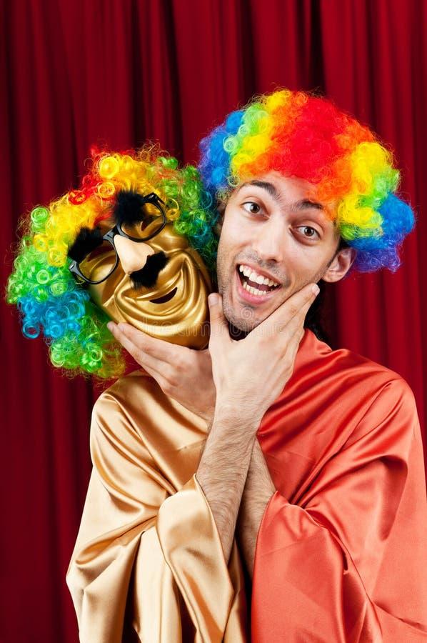 Schauspieler mit maks in einem Theaterkonzept lizenzfreie stockbilder