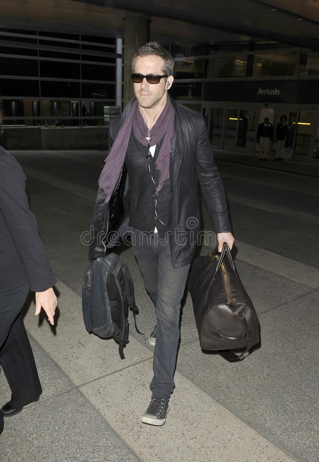 Schauspieler Ryan Reynolds am LOCKEREN Flughafen. M lizenzfreie stockfotos