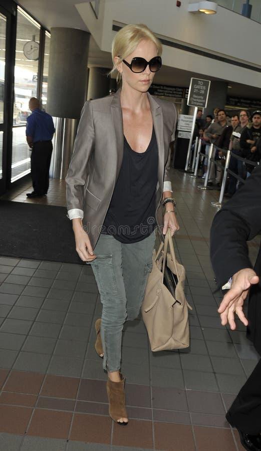 Schauspielerin Charlise Theron am LOCKEREN Flughafen. lizenzfreie stockfotografie