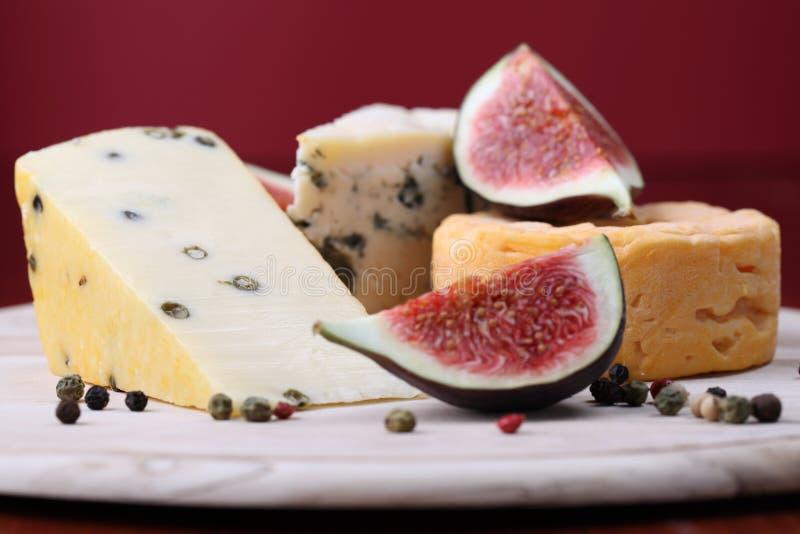 Scheda del formaggio con i fichi fotografia stock libera da diritti