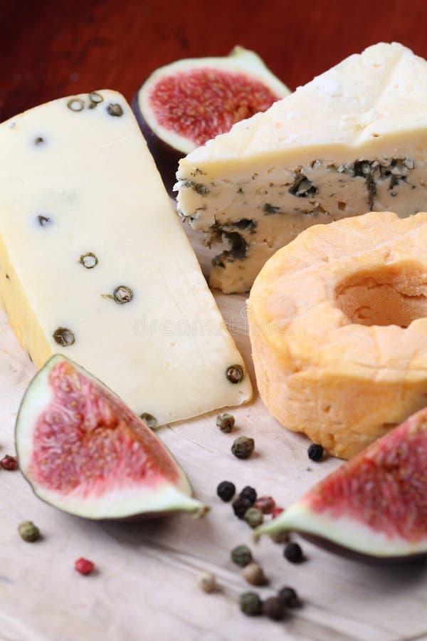 Scheda del formaggio con i fichi fotografie stock libere da diritti